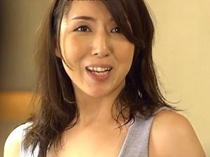 セフレと自宅で不倫SEX!40歳のアラフォー美魔女な人妻が夫の留守の間に・・・ 生稲さゆり