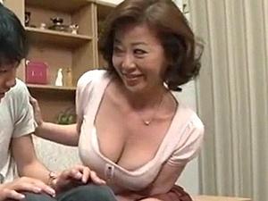 50歳の親戚のおばさんはエロかった!童貞な甥を誘惑して中出し筆おろし近親相姦!寺島千鶴