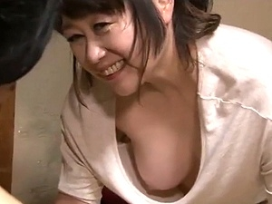 巨乳な五十路お母さんの胸チラに欲情!興奮した息子が母親を押し倒してレイプ!!!