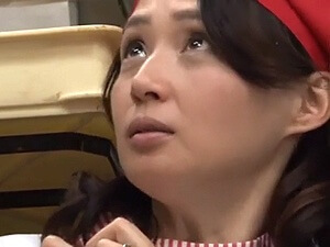 パート主婦が職場で不倫エッチ!五十路の超美熟女が若いバイト君とパコパコ♪安野由美