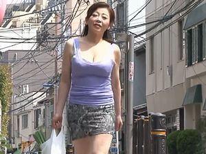 アパートの大家さんは48歳の巨乳熟女な未亡人!若い男の肉棒を貪りSEXしまくり!寺島千鶴