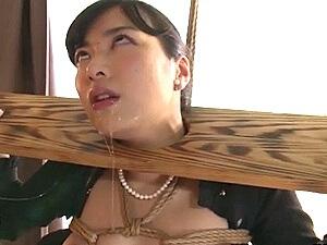 【ヤバイやつ】白目を剥いて涎を垂れ流す美人未亡人!ギロチン緊縛!悲惨な凌辱SM調教!由愛可奈