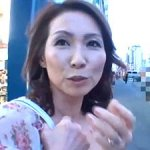 美魔女ナンパ!色香がヤバイ素人妻にAV鑑賞させて強烈な電マ責め!『ナマ』挿入して中出しハメ撮り!!