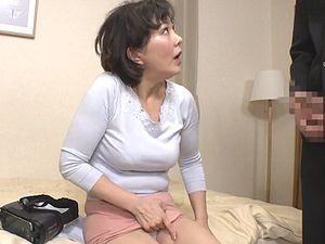 友人の母は、美熟女おばさん体形!目の前に肉棒を突き出すと・・・!!円城ひとみ
