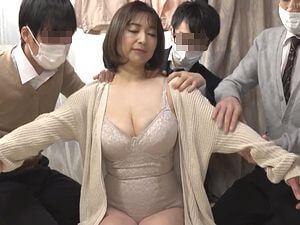 ヤリ部屋!【熟女神】爆乳熟女(44歳)のアパートに群がる若者たち!
