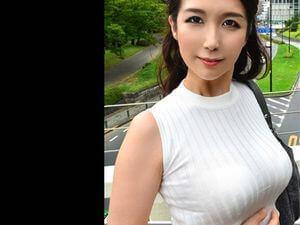 四十路の素人妻(43歳)がAV出演!地味顔だが巨乳ボディが最高に艶っぽい!!