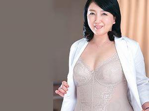 【美園ひとみ】熟れた女医(50歳)がデカチンを弄んで逆セクハラ性交!