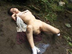 無惨レイプ!野外で突然強姦魔に襲われてレイプ中出しされる人妻!